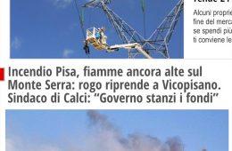"""IlFattoQuotidiano.it: """"Incendio Pisa, fiamme ancora alte sul Monte Serra: rogo riprende a Vicopisano. Sindaco di Calci: """"Governo stanzi i fondi"""""""""""
